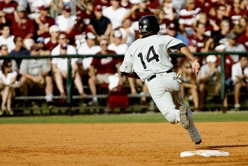 野球の試合中に走塁している選手