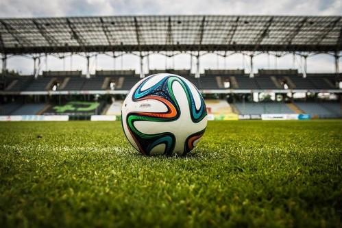 サッカースタジアムの中にあるサッカーボール