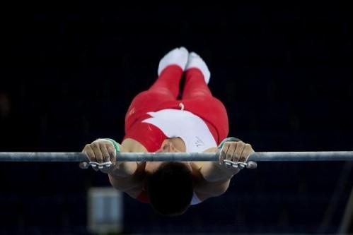 体操の鉄棒競技をしている選手