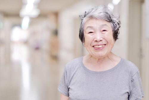 満面の笑みの女性の高齢者