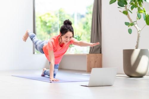 オンラインでパーソナルトレーニングをしている女性