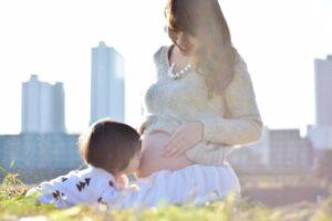 妊婦とその子供の触れ合う様子