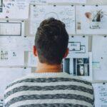 様々なデータをもとにアイデアを考える人