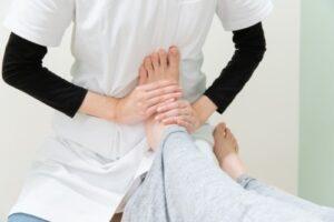 足首のリハビリをするセラピスト