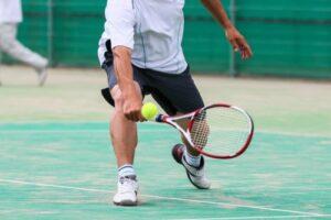 テニスをするアスリート