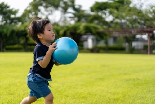 ボールを持って走る男の子