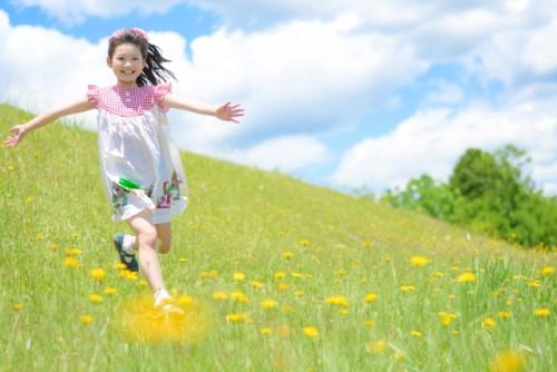 野原を走り回る少女