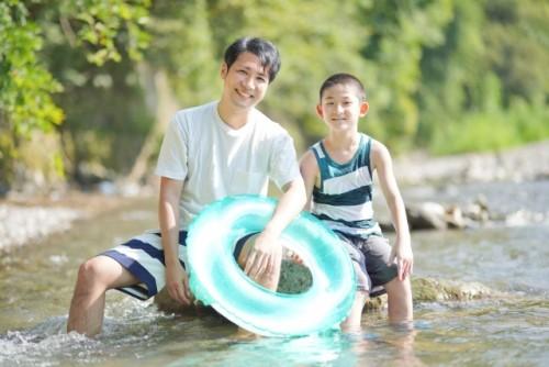 お父さんと川で遊ぶ男の子