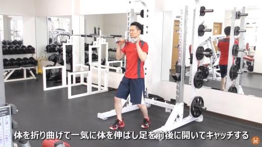ダンベルを使ってハング・クリーン・スプリットキャッチのエクササイズを実施している男性