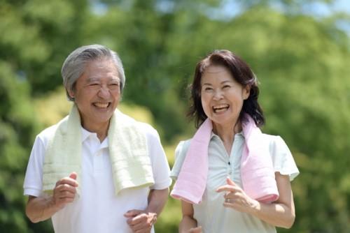 笑顔で運動を楽しむ高齢者の夫婦