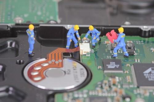 パソコンのCPUを修復している作業員のフィギュア