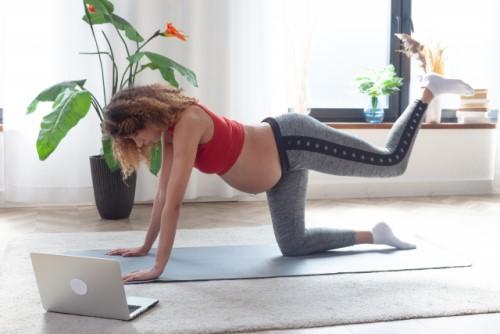 妊婦がオンラインを利用してトレーニングをしている