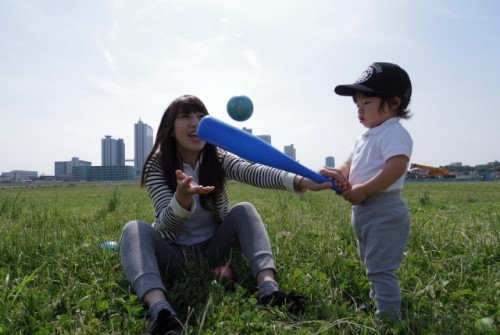 おもちゃのバットとボールで遊ぶ親子