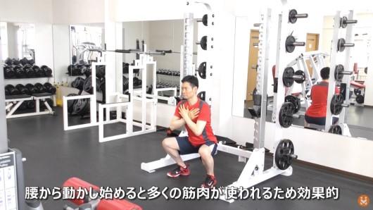 自体重でスクワットのエクササイズを実施している男性