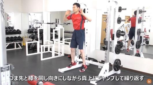 自重にてスクワットジャンプ(反動型)のエクササイズを実施している男性