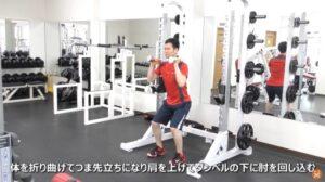 ダンベルを使ってスロークリーンのエクササイズを実施している男性